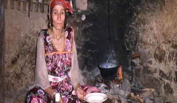 Femme chaouie près d'Ilmes, photo : Claude Cornu