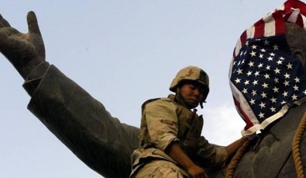 Le complexe militaro-industriel américain a besoin de conflits pour vendre ses armes. Ici un soldat US sur la statue de Saddam Hussein.