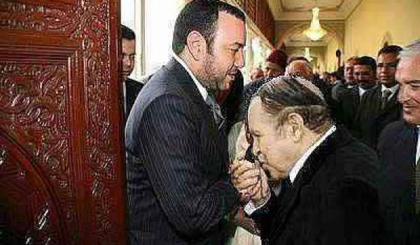 Bouteflika faisant le baise-main au roi Mohammed VI.