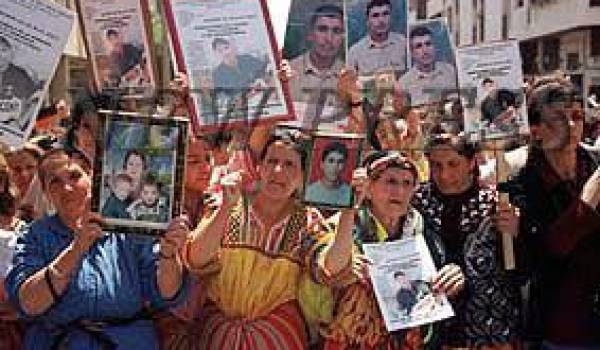 Des femmes kabyles qui manifestent pendant le printemps noir.