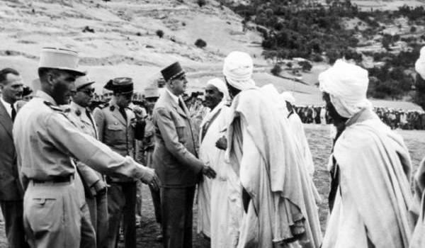 Le Général De Gaulle au cours de l'une de ses visites en Algérie.