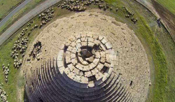 Le mausolée de Medracen remonte au IIIe siècle av J.-C, il est situé dans la wilaya de Batna.
