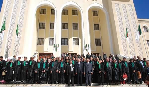 La justice n'a pas son indépendance, elle est entièrement inféodé au pouvoir politique en Algérie.