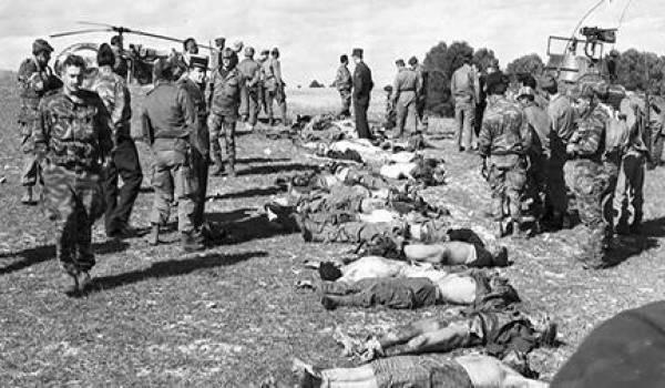 Des victimes de exactions de l'armée française exposées devant la population.