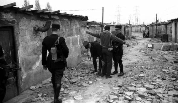 L'immigration algérienne a une longue histoire de lutte pour sa liberté. Ici contrôle policier dans un bidonville d'Algériens en France.
