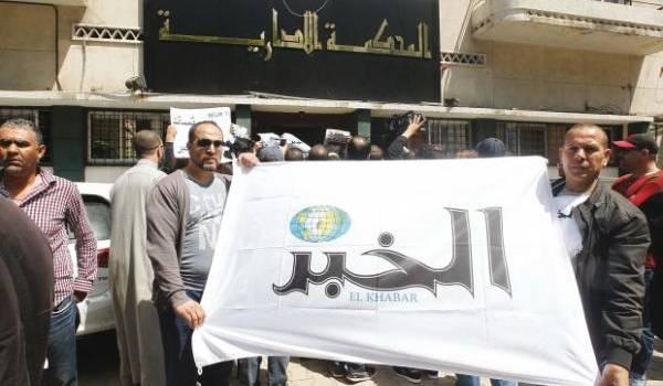 Les salariés du groupe El Khabar devant le tribunal. Photo Liberté.
