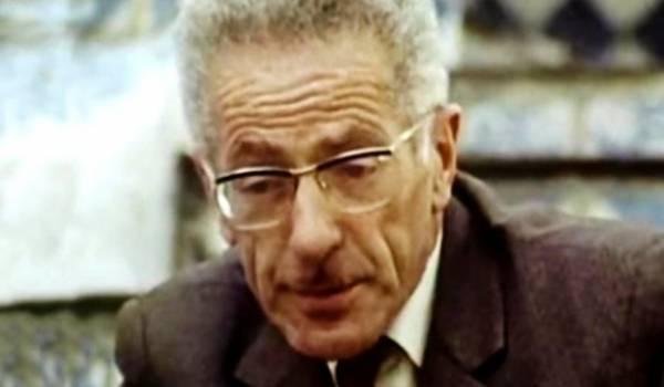 Mouloud Mammeri un des précurseurs de la langues amazigh a choisi les caractères latins pour son écriture.