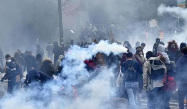 """""""Aucune violence ne sera tolérée"""", prévient le gouvernement français."""