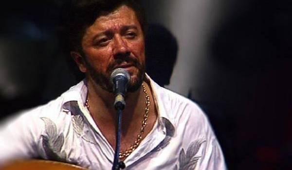 Le poète et chanteur Lounès Matoub assassiné par un groupe armé le 25 juin 1998.