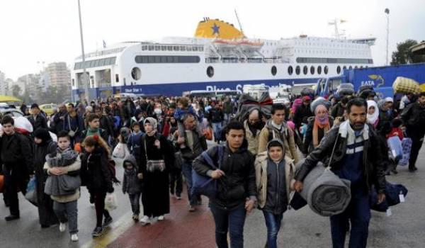 Des milliers de migrants affluent vers l'Europe qui se barricade.