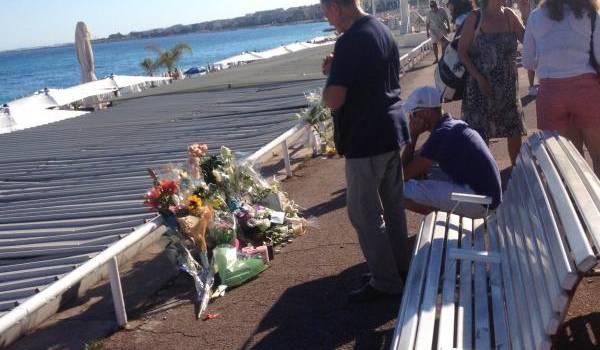 Recueillement sur la promenade des Anglais à Nice. Photo Mounir Outemzabt.