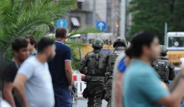 Des suspects sont en fuite après l'attaque terroriste.