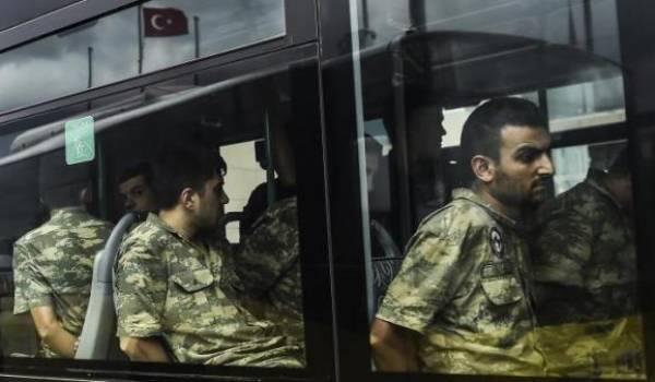 Des soldats turcs arrêtés après le coup d'Etat.