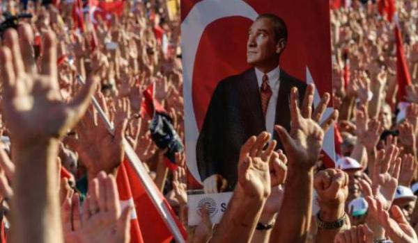 Le portrait de Kamal Ataturk brandit par les manifestants.