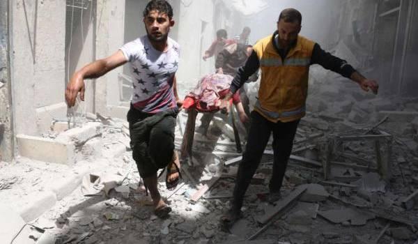 Un blessé évacué au milieu des bombardements.