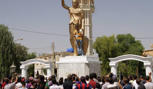 Fouad Gasmi devant la statue de Dihya lors du rassemblement du Mouvement culturel chaoui.