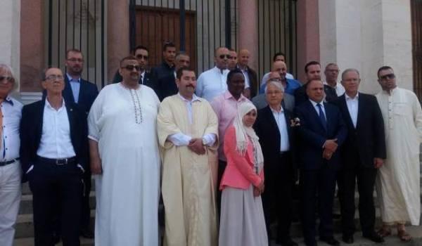 Chakib Khelil entouré du député Tliba et de quelques agités de la politique.