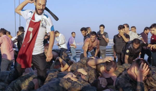 Scène de lynchage de soldats à la suite du putsch raté en Turquie.
