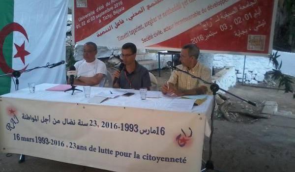 L'animateur du RAJ au centre avec Daho Djerbal et Ammar Belhimer.