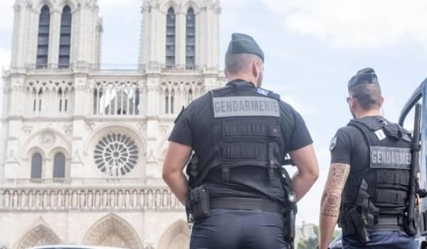 La voiture a été découverte près de Notre Dame, un lieu touristique très fréquenté à Paris.