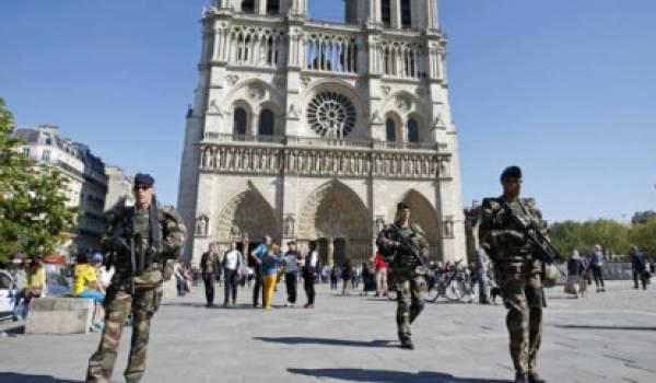 Une patrouille près de Notre Dame