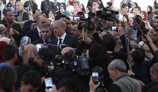 Abdelmalek Sellal lors de sa visite à Saïda.