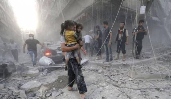 Un Syrien avec ses deux filles dans Alep sous les bombardements.