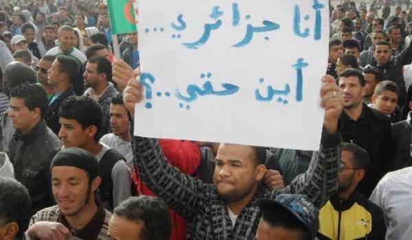 """""""Où sont mes droits ?"""", clame ce manifestant algérien du Sud."""
