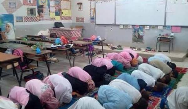 Des élèves qui tournent le dos au tableau pour prier. une image imposée dans les écoles par les islamistes