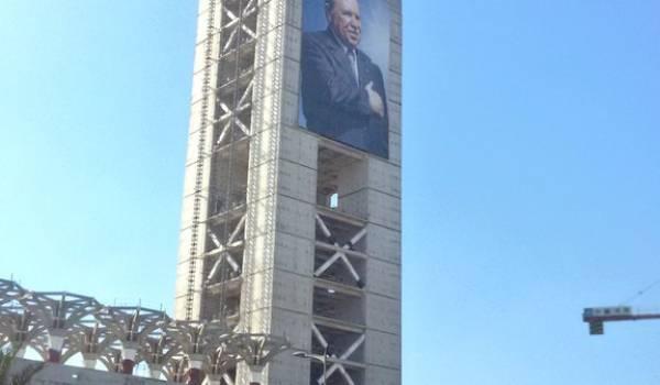 Le minaret de la grande mosquée porte deux immenses portraits du chef de l'Etat avant son achèvement.