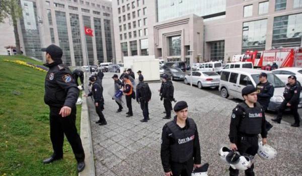 12.000 policiers renvoyés suite à l'enquête sur le putsch raté en Turquie