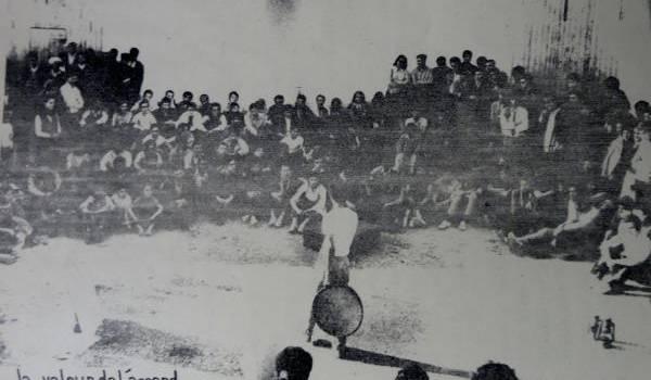 """La pièce de théâtre """"La Valeur de l'Accord"""", dans la cour de la ferme Bouchaoui, près d'Alger, en 1969, pour un public de paysans et d'étudiants"""