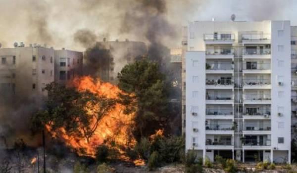 Des immeubles entiers dévorés par les flammes.