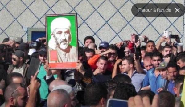 Les milliers de manifestants du Rif ont bandi le portrait d'Abdelkrim El Khatabi, chef de la République du Rif.