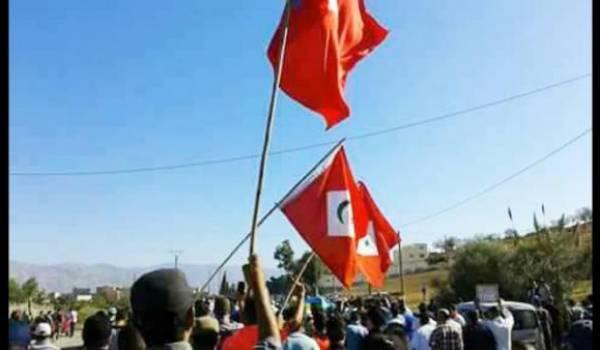 Le drapeau de la République du Rif fondée par Abdelkrim hissé par les manifestants.