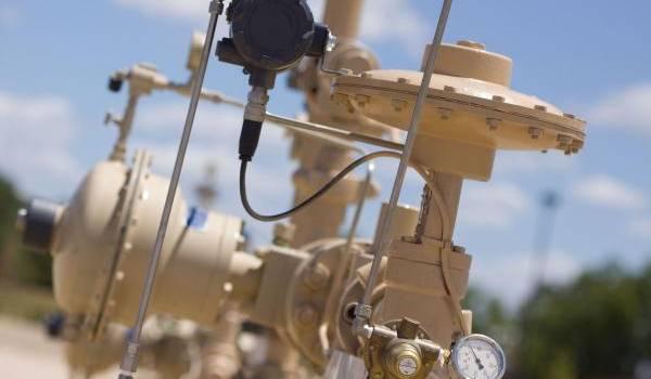 Le pétrole creuse ses pertes, les réserves américaines s'accumulent