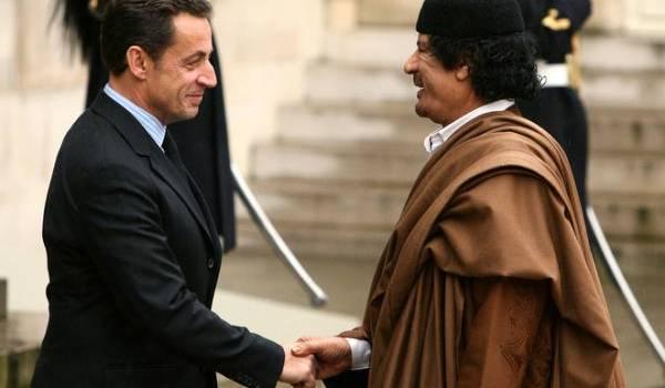 Nicolas Sarkozy recevant l'ancien dictateur libyen, Mouammar Kadhafi.