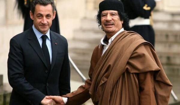 L'ex-président français Sarkozy et le dictateur libyen.