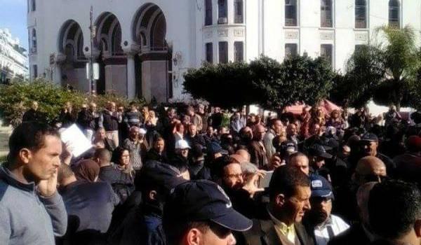 Rassemblement empêché par la police ce matin devant la Grande Poste.