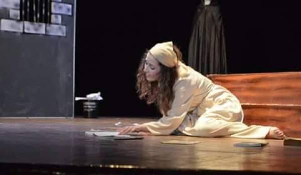 Une des deux comédiennes du théâtre de Bouira.