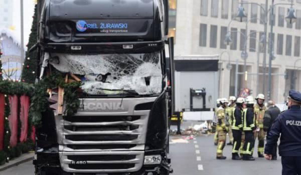 Le chauffeur du camion-bélier qui a fait 12 victimes court toujours.