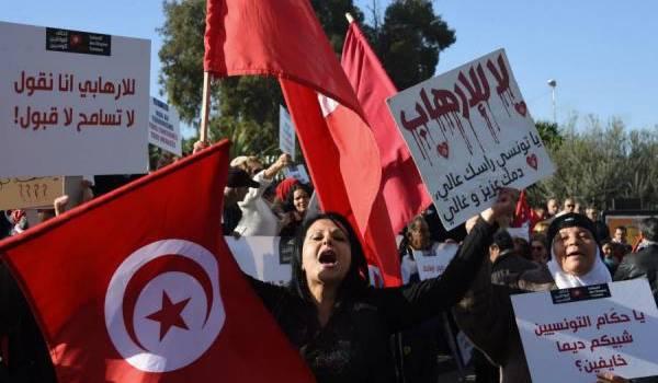 Des Tunisiens manifestent contre le retour des jihadistes.
