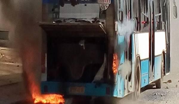 Des bus ont été incendié par des manifestants en colère.