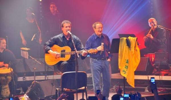 Lounis Aït Menguellet et Idir sur scène. Archives.