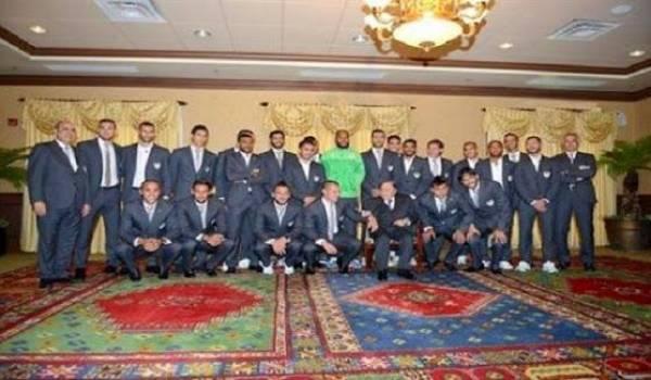Bouteflika au milieu des joueurs de l'EN.