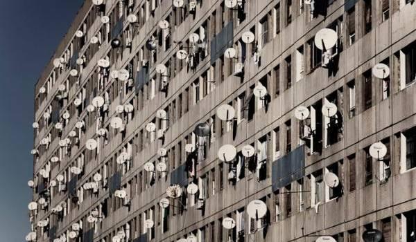 Les paraboles défigurent des façades déjà moches et décrépries.