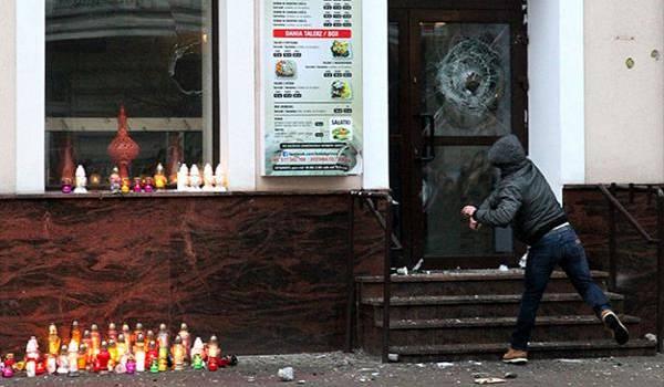 n manifestant s'attaque au restaurant où Daniel a été tué (Ph. Fakty TVN).