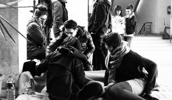 Des étudiants au chevet d'un gréviste de la faim.