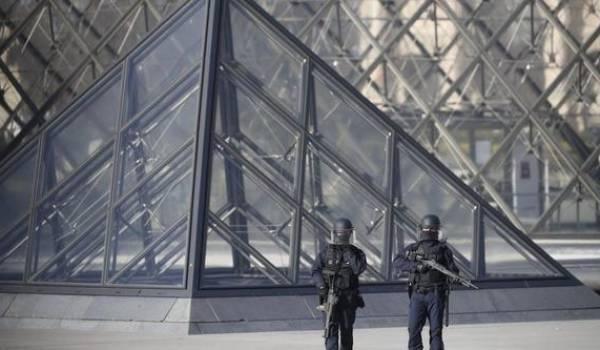 L'attaque s'est produite à 08H50 GMT à l'entrée de la très touristique galerie du Carrousel du Louvre