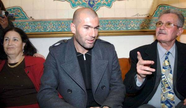 Zineddine Zidane avec ses parents.